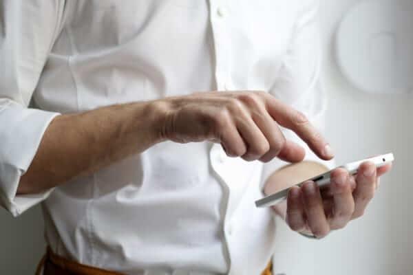 スマートフォンをいじる男性